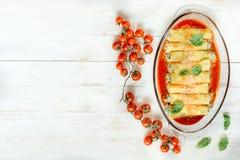 Cannoli mit Spinat und Käse Stockbild