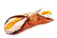 Cannoli Siciliani - traditioneel die dessert met ricotta wordt gevuld cre stock foto