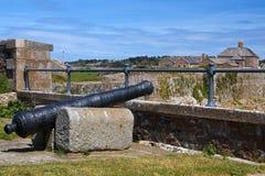 Cannone all'interno di un castello fotografia stock libera da diritti