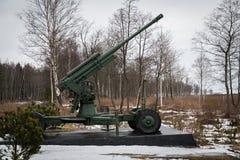 Cannone antiaereo sulla strada di vita Attrezzatura militare per 40 anni Immagine Stock