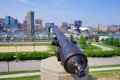 Cannone che indica il porto interno di Baltimora Maryland fotografia stock