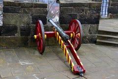 Cannone davanti alla feritoia Fotografia Stock