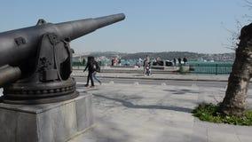 Cannone del ferro a Costantinopoli sulla spiaggia di Bosphorus stock footage
