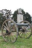 Cannone della guerra civile davanti al monumento sul campo di battaglia nel Mississippi, Stati Uniti immagine stock libera da diritti