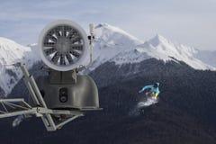 Cannone della neve nella stazione sciistica della montagna e nello snowboarder di volo Fotografia Stock Libera da Diritti