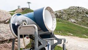 Cannone della neve in una stazione sciistica Nelle alpi Pendio dello sci senza neve durante la molla calda Non stagione immagini stock libere da diritti
