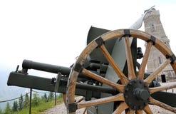 Cannone della prima guerra mondiale e del monumento dell'ossario alla s morta Immagine Stock Libera da Diritti