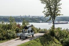Cannone in plaines Abraham di Québec Canada che domina il fiume San Lorenzo e la raffineria di Jean-Gaulin nella città di Levis Fotografia Stock Libera da Diritti