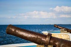Cannoni alla spiaggia di Campeche fotografie stock libere da diritti