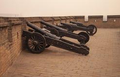 Cannoni antichi del ferro all'ultimo muro di cinta intatto restante di Ming Dynasty in Cina la citt? cinese Ping Yao, provincia d fotografia stock