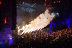 Cannoni del fumo di CO2 ad un concerto in tensione Immagini Stock
