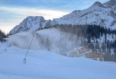 Cannoni della neve sul pendio dello sci Fotografie Stock