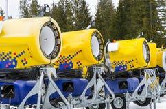 Cannoni moderni della neve nella linea Immagini Stock Libere da Diritti