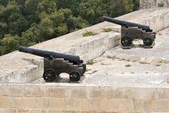 Cannoni sulla parete della città di Valletta, Malta Immagine Stock