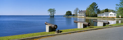 Cannons and Barker House from 1762 overlooking Albemarle Sound, Edenton, North Carolina Stock Photos