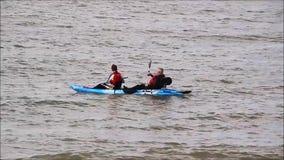 Canoéistes pêchant dans le kayak de canoë clips vidéos