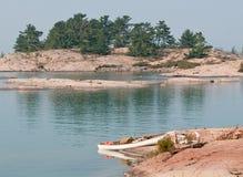 Canoë blanc sur une roche rose photo libre de droits