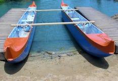 Canoë décortiqué par double à la jetée Image libre de droits