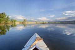 Canoë d'été barbotant sur le lac Photos stock