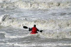 Canoë dans l'eau sauvage Photo stock