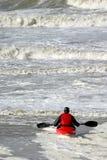 Canoë dans l'eau sauvage Photographie stock libre de droits