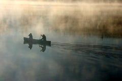 Canoë dans le brouillard de matin Photos libres de droits