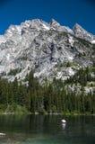 Canoë dans le lac photos stock