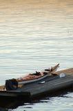 Canoë dans un backround de coucher du soleil de dock Photographie stock