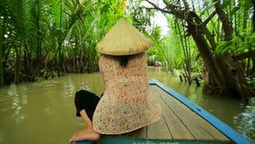 Canoë de palette de rameur chez le Mekong magnifique majestueux, Vietnam banque de vidéos