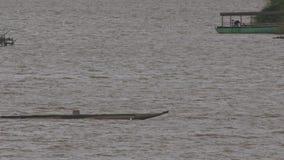 Canoë de pirogue avec des voiles de l'homme sur bateau de passé de lac le grand banque de vidéos