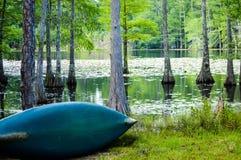 Canoë de son côté près d'un lac Images stock