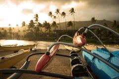 Canoë de tangon polynésien sur la plage Image libre de droits