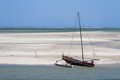 Canoë de tangon sur la plage Image libre de droits