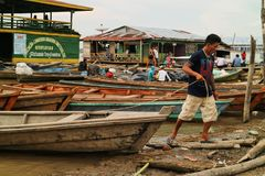 Canoë en bois dans le port fluvial Photos libres de droits