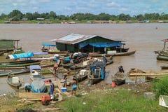 Canoë en bois dans le port fluvial Photographie stock