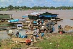 Canoë en bois dans le port fluvial Photographie stock libre de droits