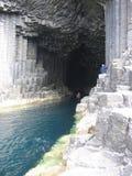 Canoë en caverne de Fingals, île de Staffa Photos stock