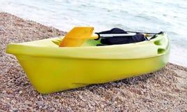 Canoë jaune et vert Image libre de droits