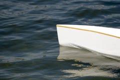 Canoë, kajak et aviron blancs sur l'eau de lac image stock