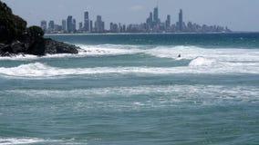 Canoë-kayak d'homme dans l'Australie de paradis de surfers banque de vidéos