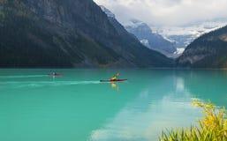 Canoë-kayak Lake Louise, Banff N-F photo libre de droits