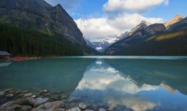 Canoë-kayak Lake Louise, Banff N-F photographie stock libre de droits