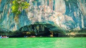 Canoë-kayak près des falaises de chaux La Thaïlande, Phang Nga banque de vidéos