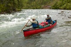 Canoë-kayak rapide de rivière d'aventure en Alaska à distance Image libre de droits