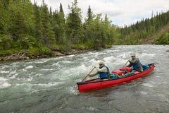 Canoë-kayak rapide de rivière d'aventure en Alaska d'isolement Photos stock