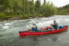 Canoë-kayak rapide de rivière d'aventure en Alaska sauvage Photo libre de droits