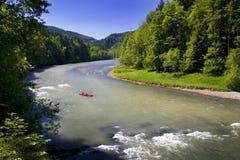 Canoë-kayak sur la rivière Dunajec de montagne Image libre de droits