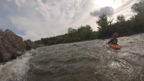 Canoë-kayak sur la rivière rugueuse de montagne banque de vidéos