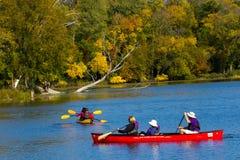Canoë-kayak sur les eaux des lagunes de Skokie Photographie stock libre de droits