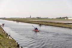 Canoë-kayak sur une rivière néerlandaise photographie stock